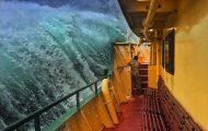 Εντυπωσιακές φωτογραφίες από τη μάχη ενός ferry boat με τα κύματα (7)