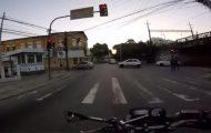 Μοτοσικλετιστής βγαίνει αλώβητος από απίστευτο τροχαίο με λεωφορείο