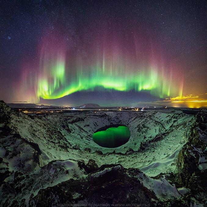 Το Βόρειο Σέλας μέσα από μια εκπληκτική αντανάκλαση σε ηφαιστειακή λίμνη | Φωτογραφία της ημέρας