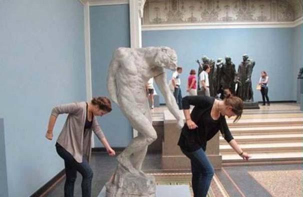 Ποζάροντας με αγάλματα #21 (2)