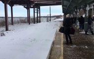 Τρένο επιφυλάσσει μια χιονισμένη έκπληξη σε όσους περιμένουν στο σταθμό