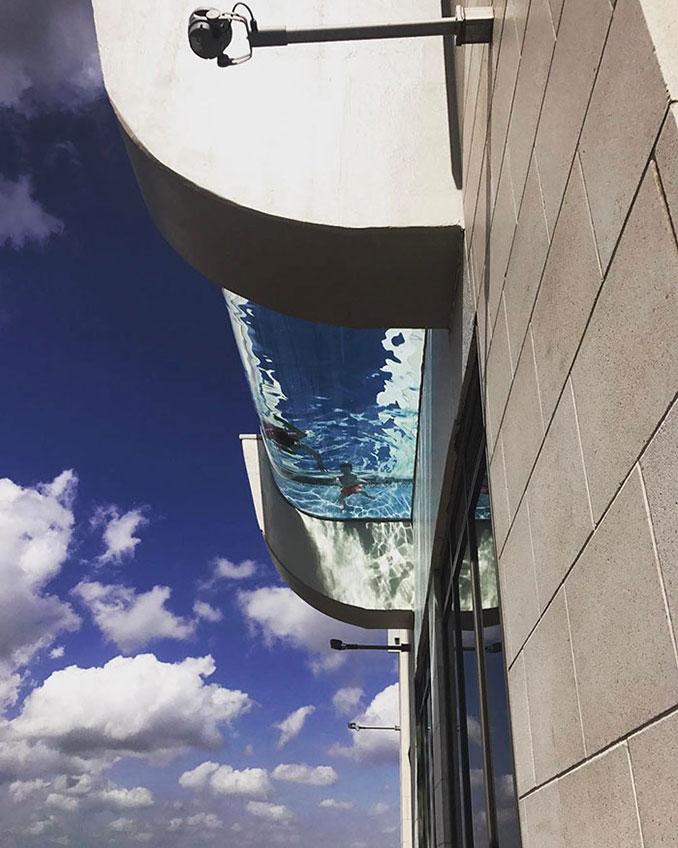 Πως είναι να κολυμπάς σε μια διάφανη πισίνα 150 μέτρα πάνω από έναν πολυσύχναστο δρόμο (2)