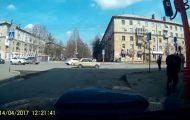 Περαστικός προσπαθεί να φτιάξει ένα φανάρι στη Ρωσία