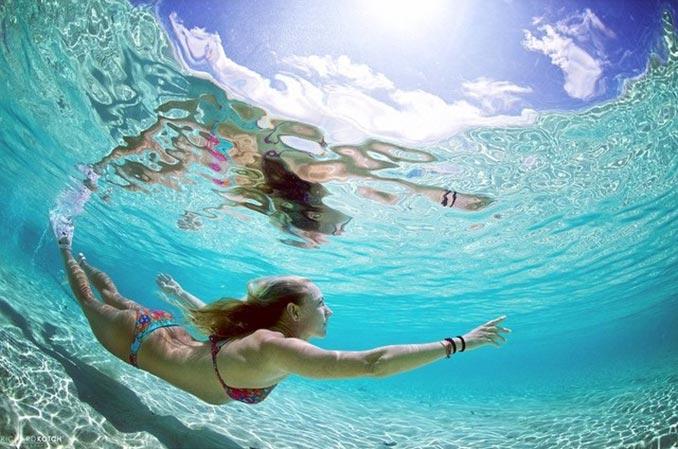 Κολυμπώντας στα κρυστάλλινα νερά των Μαλδίβων | Φωτογραφία της ημέρας