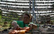 Αυτός ο άνδρας από την Ταϊλάνδη ψήνει κοτόπουλα με έναν ιδιαίτερο τρόπο (1)