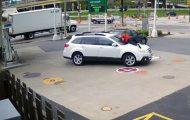 Ατρόμητη γυναίκα πηδάει πάνω στο καπό για να αποτρέψει την κλοπή του αυτοκινήτου της