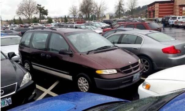 Αυτά παθαίνεις όταν παρκάρεις όπου να 'ναι (2)