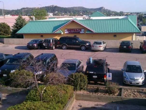 Αυτά παθαίνεις όταν παρκάρεις όπου να 'ναι (9)