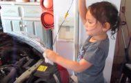 Κοριτσάκι δείχνει πώς να κάνεις αλλαγή λαδιών στο αυτοκίνητο