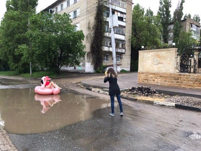 Μοντέλο διαμαρτύρεται για τους δρόμους στη Ρωσία με μια επαγγελματική φωτογράφηση στις λακκούβες (2)