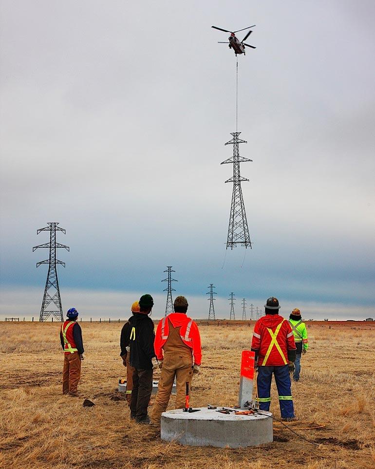 Πως τοποθετούνται οι τεράστιοι πυλώνες ηλεκτρισμού | Φωτογραφία της ημέρας