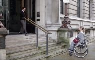 Αυτή η σκάλα φτιάχτηκε ειδικά για άτομα με αναπηρικό αμαξίδιο