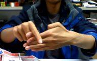 Τα τρικ που κάνει αυτός ο τύπος με τα δάχτυλά του θα σας κάνουν να χαζέψετε