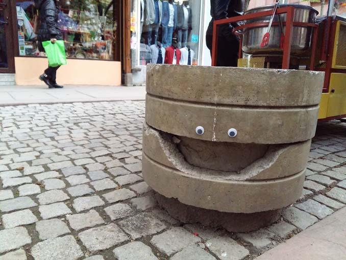 Κάποιος στη Βουλγαρία τοποθετεί ματάκια σε σπασμένα αντικείμενα και το αποτέλεσμα είναι άκρως διασκεδαστικό! (2)