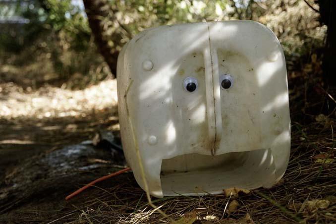 Κάποιος στη Βουλγαρία τοποθετεί ματάκια σε σπασμένα αντικείμενα και το αποτέλεσμα είναι άκρως διασκεδαστικό! (9)