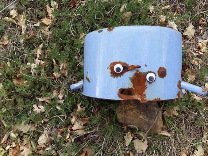 Κάποιος στη Βουλγαρία τοποθετεί ματάκια σε σπασμένα αντικείμενα και το αποτέλεσμα είναι άκρως διασκεδαστικό! (12)