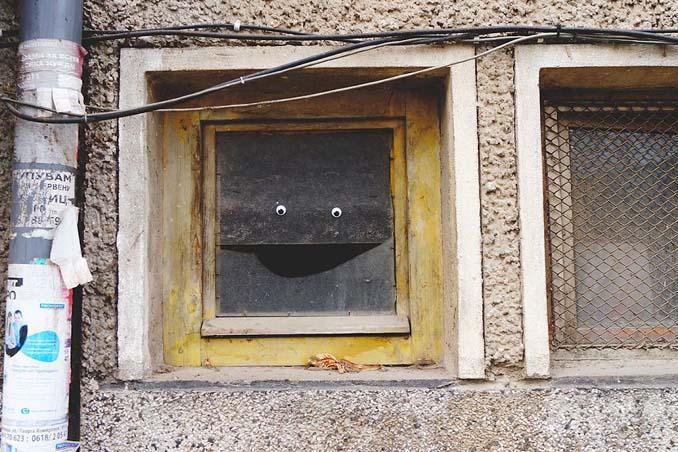 Κάποιος στη Βουλγαρία τοποθετεί ματάκια σε σπασμένα αντικείμενα και το αποτέλεσμα είναι άκρως διασκεδαστικό! (23)