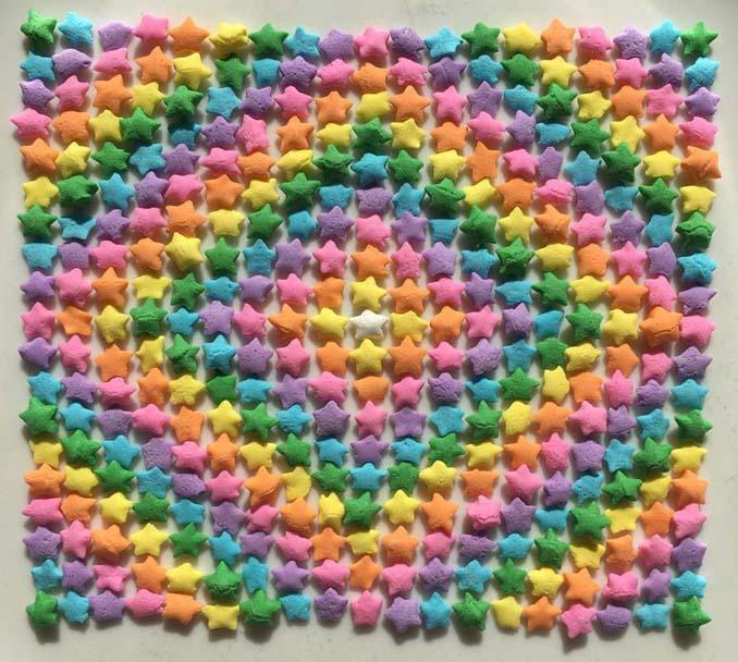 Ο Adam Hillman τακτοποιεί αντικείμενα και γλυκά με βάση το χρώμα (1)