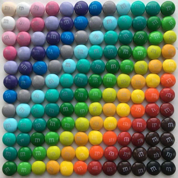 Ο Adam Hillman τακτοποιεί αντικείμενα και γλυκά με βάση το χρώμα (9)