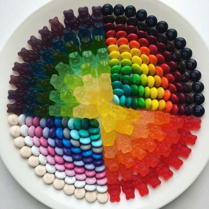 Ο Adam Hillman τακτοποιεί αντικείμενα και γλυκά με βάση το χρώμα (14)