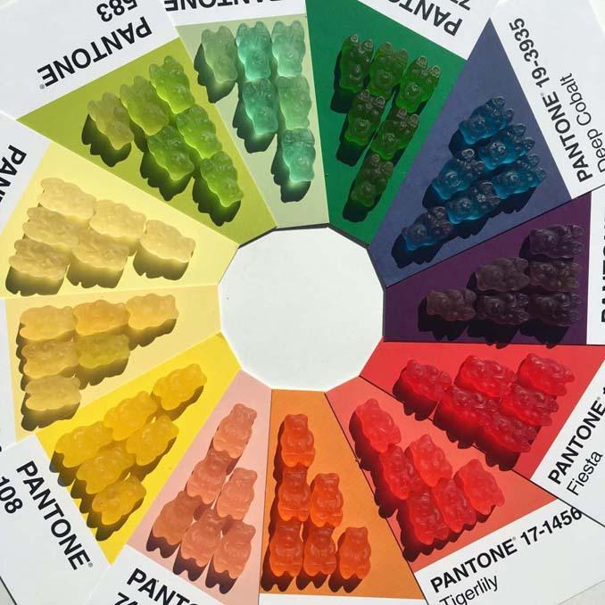 Ο Adam Hillman τακτοποιεί αντικείμενα και γλυκά με βάση το χρώμα (15)