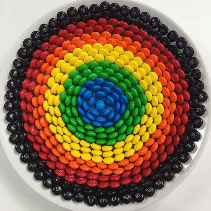 Ο Adam Hillman τακτοποιεί αντικείμενα και γλυκά με βάση το χρώμα (19)
