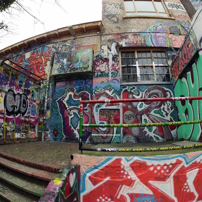 Ξεφλουδίζοντας επιφάνεια με γκράφιτι 30 ετών (1)