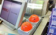 Αυτές οι περίεργες πορτοκαλί μπάλες υπάρχουν δίπλα σε κάθε ταμείο καταστήματος στην Ιαπωνία (1)