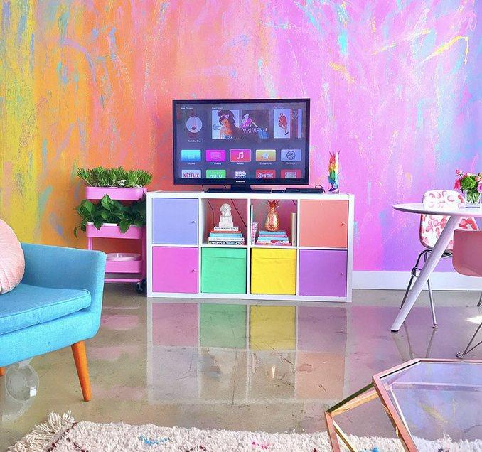 Αυτή η γυναίκα έχει ίσως το πιο πολύχρωμο διαμέρισμα που έχετε δει (4)