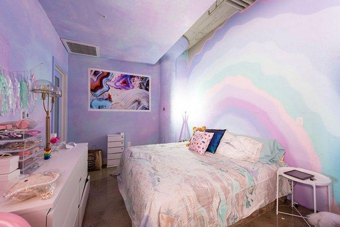 Αυτή η γυναίκα έχει ίσως το πιο πολύχρωμο διαμέρισμα που έχετε δει (13)