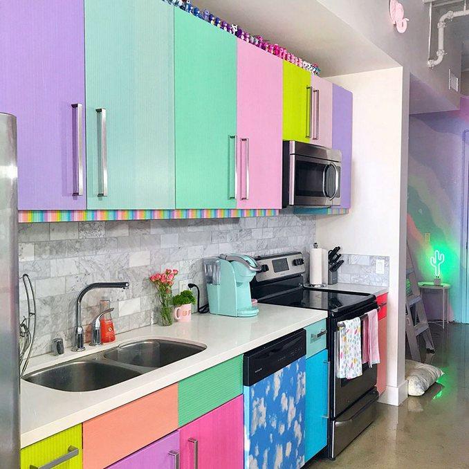 Αυτή η γυναίκα έχει ίσως το πιο πολύχρωμο διαμέρισμα που έχετε δει (15)