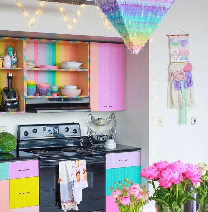 Αυτή η γυναίκα έχει ίσως το πιο πολύχρωμο διαμέρισμα που έχετε δει (17)