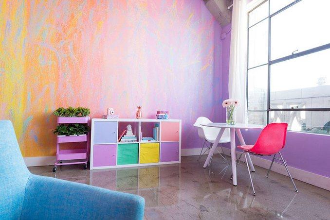 Αυτή η γυναίκα έχει ίσως το πιο πολύχρωμο διαμέρισμα που έχετε δει (21)
