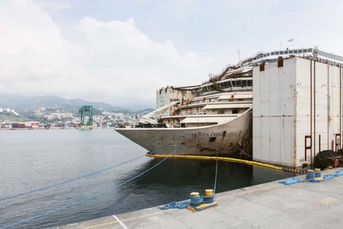 Ένας φωτογράφος μπήκε στο ναυάγιο του κρουαζιερόπλοιου Costa Concordia (15)
