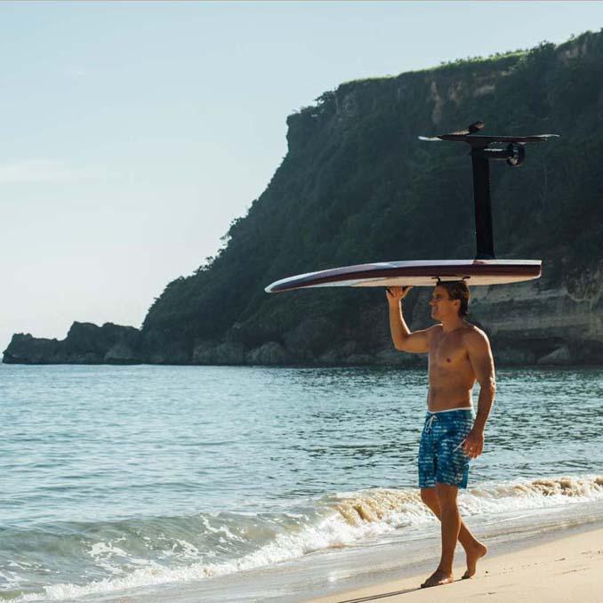 Ηλεκτρική σανίδα του surf που σε κάνει να πετάς πάνω από το νερό (2)
