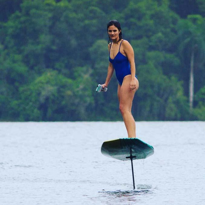 Ηλεκτρική σανίδα του surf που σε κάνει να πετάς πάνω από το νερό (4)