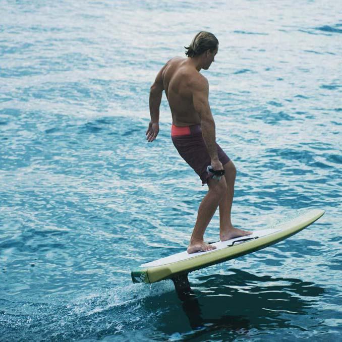 Ηλεκτρική σανίδα του surf που σε κάνει να πετάς πάνω από το νερό (5)