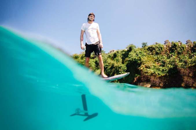 Ηλεκτρική σανίδα του surf που σε κάνει να πετάς πάνω από το νερό (7)