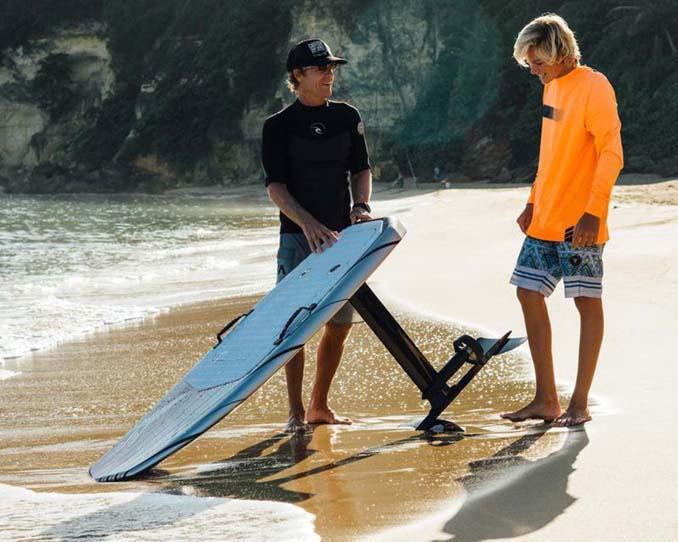 Ηλεκτρική σανίδα του surf που σε κάνει να πετάς πάνω από το νερό (8)
