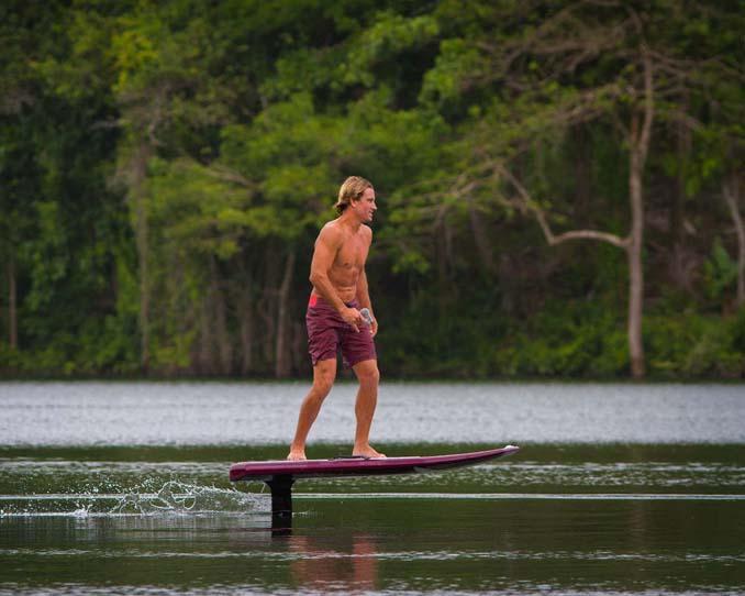 Ηλεκτρική σανίδα του surf που σε κάνει να πετάς πάνω από το νερό (10)