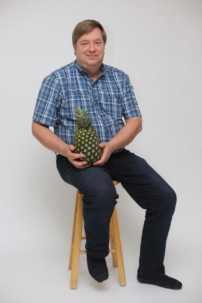Περήφανος πατέρας ποζάρει με ανανά και γίνεται έμπνευση για τα Photoshop trolls (1)