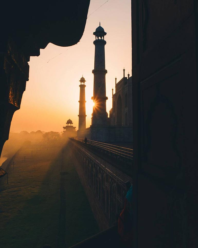 Το ηλιοβασίλεμα παίζει με τις σκιές του Ταζ Μαχάλ | Φωτογραφία της ημέρας