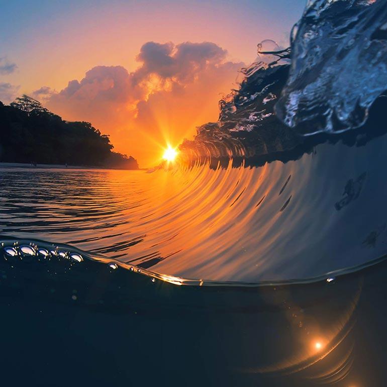 Ηλιοβασίλεμα πάνω στο κύμα   Φωτογραφία της ημέρας