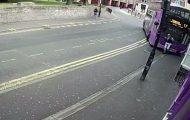 Βρετανός χτυπήθηκε από λεωφορείο και σηκώθηκε σαν να μην τρέχει τίποτα