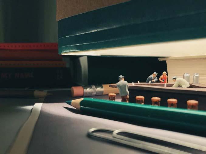 Δημιουργεί εκπληκτικές σκηνές στο γραφείο του χρησιμοποιώντας καθημερινά αντικείμενα και μινιατούρες (4)
