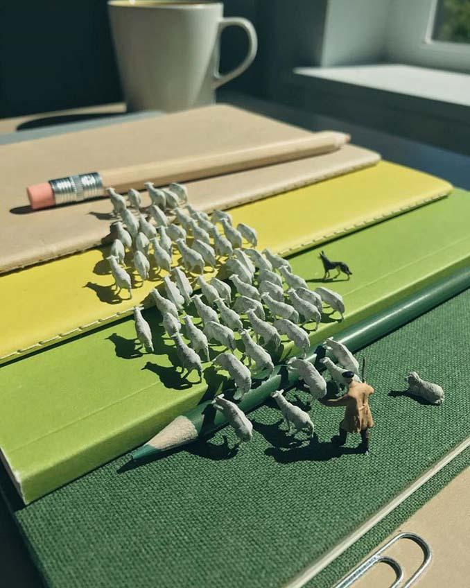 Δημιουργεί εκπληκτικές σκηνές στο γραφείο του χρησιμοποιώντας καθημερινά αντικείμενα και μινιατούρες (9)