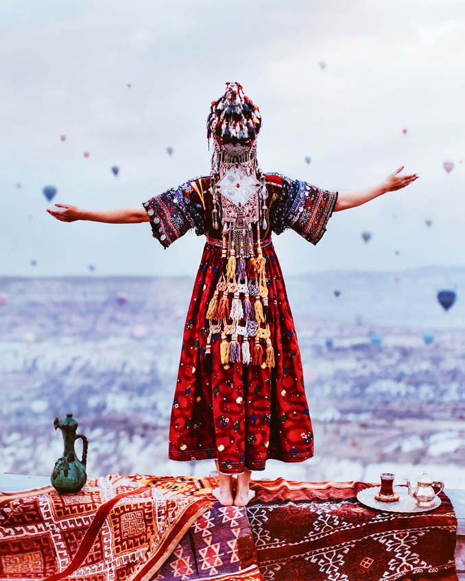 Φωτογραφίζοντας γυναίκες με φορέματα στα πιο όμορφα μέρη του κόσμου (14)