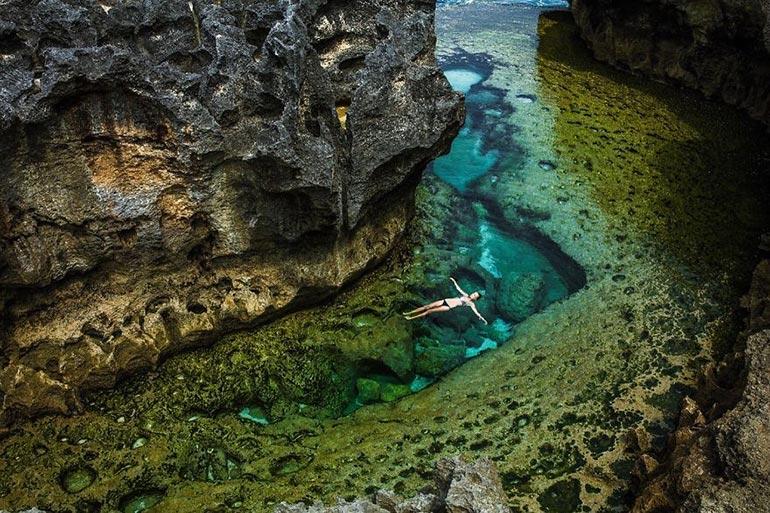 Κολυμπώντας σε «εξωγήινο» τοπίο | Φωτογραφία της ημέρας