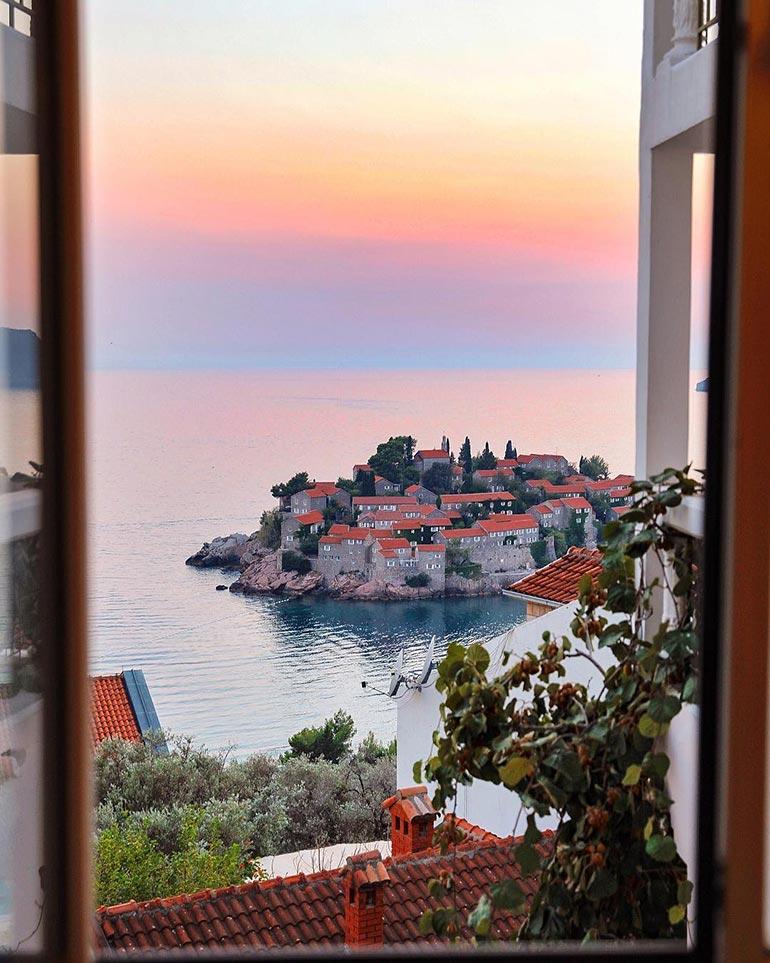 Παράθυρο με θέα το Sveti Stefan | Φωτογραφία της ημέρας