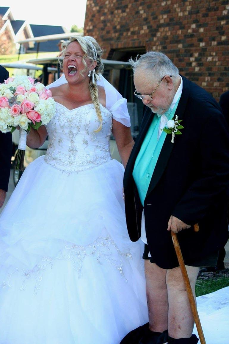 Όταν ο μπαμπάς της νύφης κλέβει άθελά του την παράσταση | Φωτογραφία της ημέρας